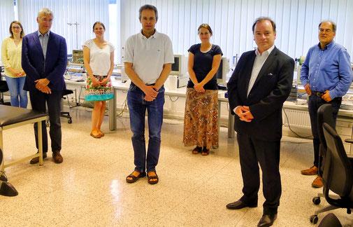 Sieben Projektpartner nebeneinander in einem Raum
