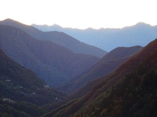Blick in Richtung Locarno mit Bergrücken in bläulichem Dunstlicht.