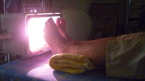 足裏へのアーク光線療法:千葉県鎌ヶ谷市の整体院 自然医学療法センター橋本です。