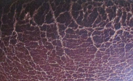 Pflege von Glattleder, um Rissen in der Lederoberfläche vorzubeugen. Sprödes Leder reinigen und pflegen mit Golden Bull.