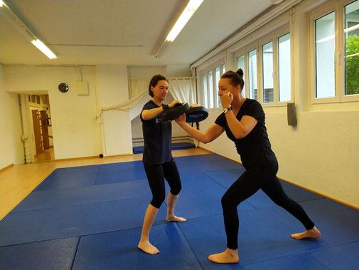 BE STRONG: Selbstverteidigung und Fitness für Frauen und Kinder. Selbstverteidigungskurse in Zürich Oerlikon. Gegründet von Anna Morf, Kampfkunst-Expertin (Schwarzgurt), Coach und Ausbildnerin.