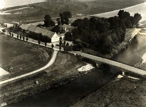 Luftaufnahme aus den 30er Jahren vom Wellenbad mit neuer Brücke und Tanzpavillion