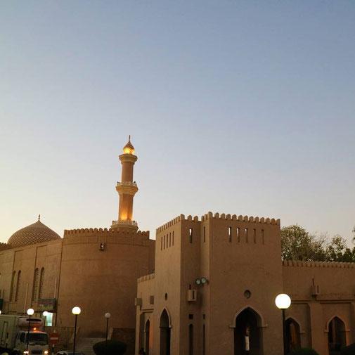 Nizwa am Abend - Blick auf die Moschee