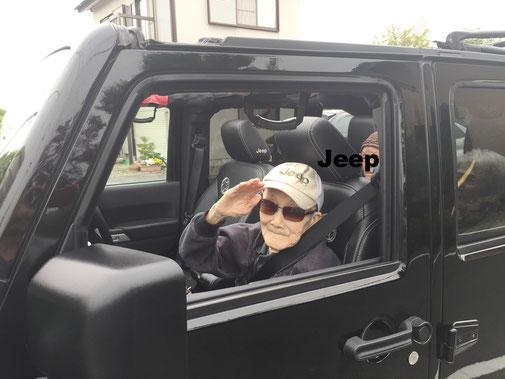 ジープオープンカーで送迎中 サングラスで挨拶 おじいさん
