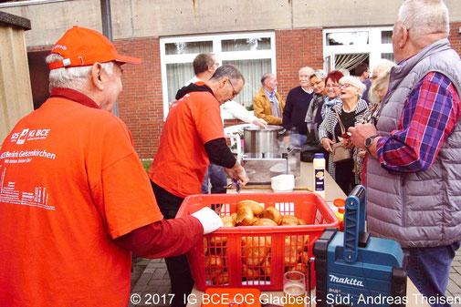 Foto: Anstehen für Currywurst am Tag der Verbände in Brauck, IGBCE Gladbeck-Süd, 2017