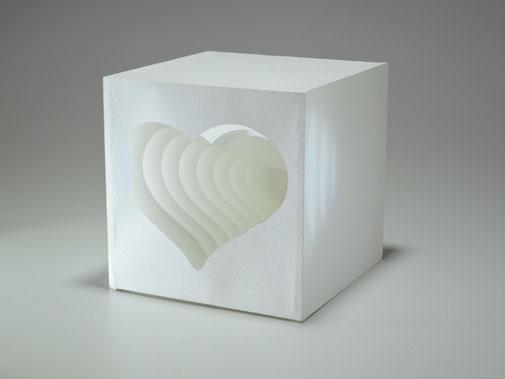 Lichtwürfel Herz aus einzelnen Papierschichten