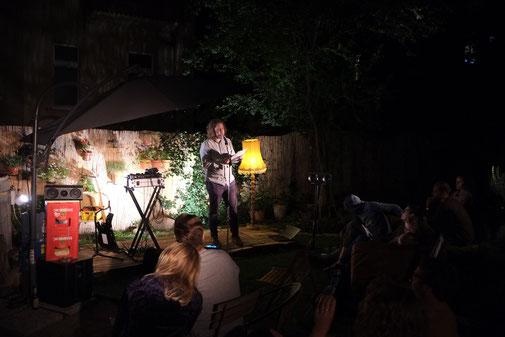 Jan Lindner beim Sommer-Best Of der Lesebühne Kunstloses Brot. Foto: Jens Burkard