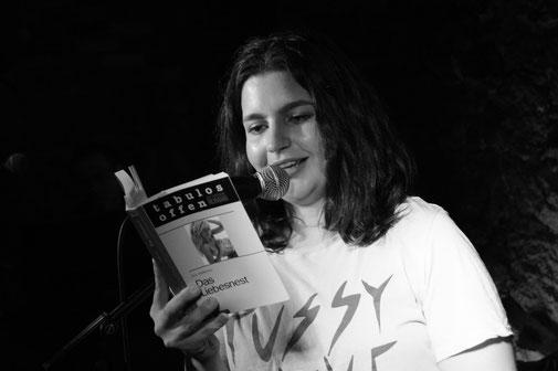 Marsha Richarz liest aus dem Liebesnest. Foto: Julia Baszanowski