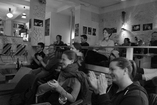 Klatschendes Publikum bei der Lesung der Lesebühne Kunstloses Brot im Dezember in der Wärmehalle Süd in Leipzig.