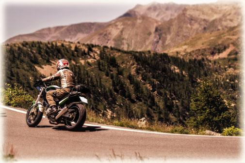 Motorradfahren in einer herrlichen Alpenlandschaft
