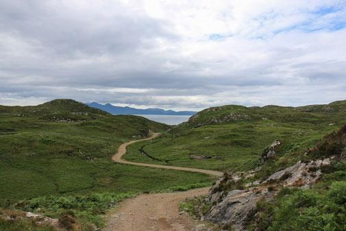 Der Weg schlängelt sich durch die Hügel entlang zur Südwestspitze der Insel