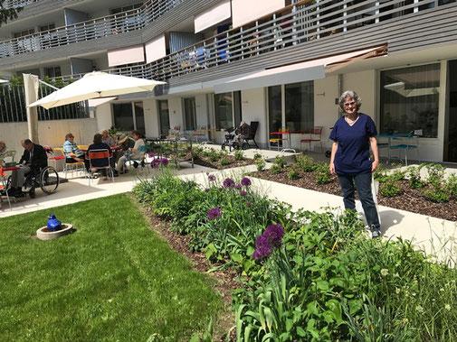 Tina Kesser (Spitex) im blühenden Garten des Sewo