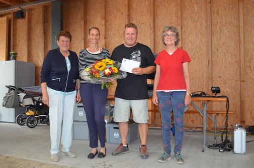 Die Betreiber der Festwirtschaft, Simone und Thomas Bodmer, wurden vom OK (Claire Bodmer und Anna Katharina Bächler) geehrt.