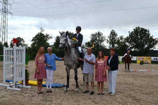 Sieg für Raphael Jud im R/N 135. Hier mit Canna M (10. Rang). Flankiert von (v. l.) Esther Walther (Jury) und Claire Bodmer (OK-Präsidentin) und den beiden Ehrendamen.