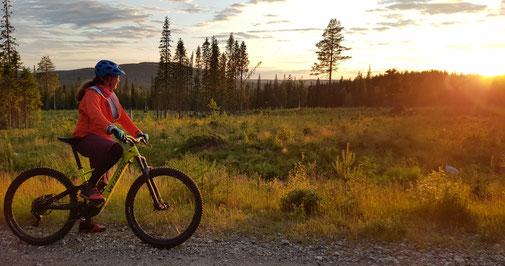 """""""Beruflich"""" Mountainbiken unter der Mitternachtssonne in Finnisch Lappland."""