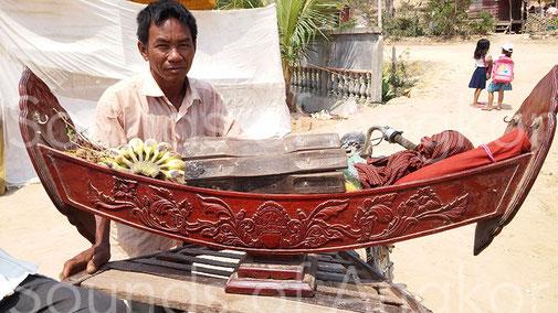 Roneat ek sculpté. Les lames sont roulées et placées à l'intérieur de la caisse de résonance pour le transport. Phnom Krom, Siem Reap.