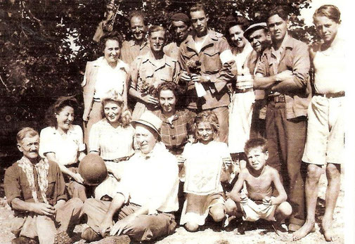 22/08/1944, St Cézaire is liberated. Troopers from the 3rd Battalion and civilians celebrates the victory.