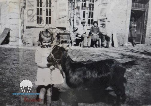 Aimé & Lucie SAUVAN, sur le banc à droite, leur fille Arlette devant leur ferme en 1944.