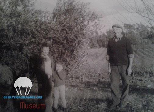 Aimé et ses petites filles, Corinne et Martine dans les années 70  sur sa propriété au milieu de ses vignes et ses oliviers, la passion de toute sa vie.