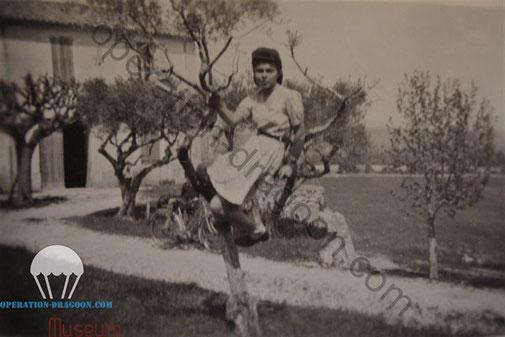 Sa fille Yvonne BONACORSI, photographiée devant la même ferme en 1943. Yvonne gardera au long de sa vie la chainette de la plaque à ses ciseaux de brodeuse..