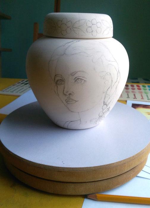 Schetsontwerp-Maatwerk-Urn-Bijzondere-urnen-Speciale-Urnen-Originele-Urnen-Persoonlijke-urnen-Handgemaakte-urnen-Handbeschilderde-urnen-Phebe-Portret-Urnen-Portret-Urn-Keramische-Urn-Exclusieve-Urn-laten-Maken-Voortekening-maatwerk-urnen-Kinder-urn