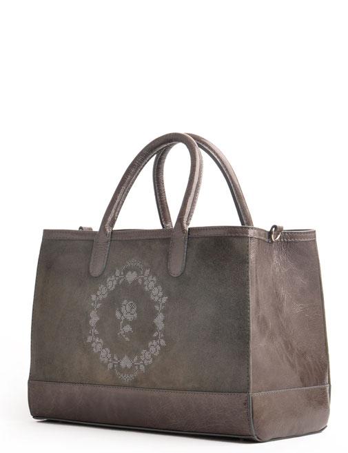 edle Trachtentasche aus Leder versandkostenfrei kaufen. Farbe grau mit Stickerei