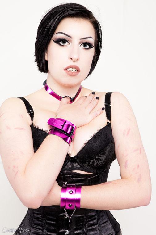 candy cuffs purple handcuffs purple metallic wrist cuffs leather wristcuffs leren handboeien lederen polsboeien paarse polsboeien paars handboeien