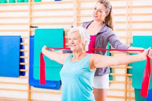 Physiotherapie mit älterer Dame
