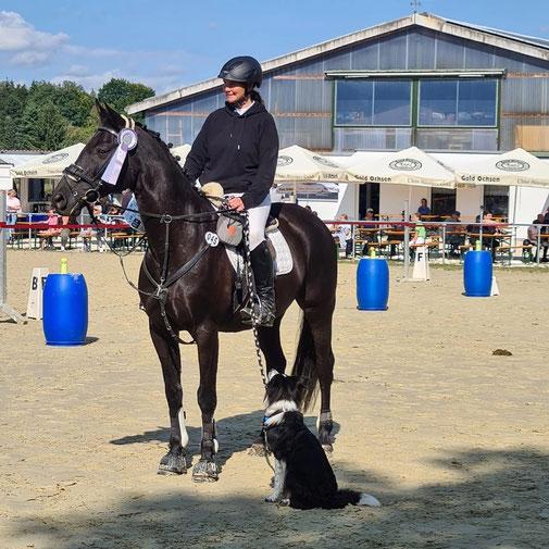 "Sylvia und Leni im ""Horse And Dog Trail"""