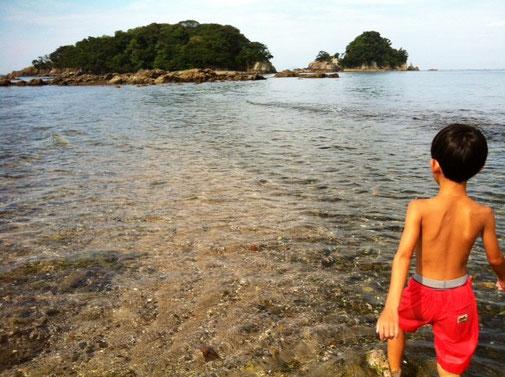 翌日は、朝から釣り&泳ぎ。。。 奥の島まで歩いて渡ることができます。 (咸陽島)  このあと、昼過ぎまで遊び、帰宅。へとへとになるも夜はよさこいの練習に、。(哲平)