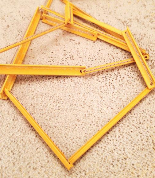 Kette, minimalistisches design, reduziert, schmuckdesign aus düsseldorf, designerin maren düsel, handgefertigt, pulverbeschichtet, gelb