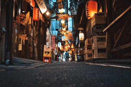 Omoide yakoche in Tokio. Bunte Lampen rechts und links und eine Schmale Gasse führt mitten durch