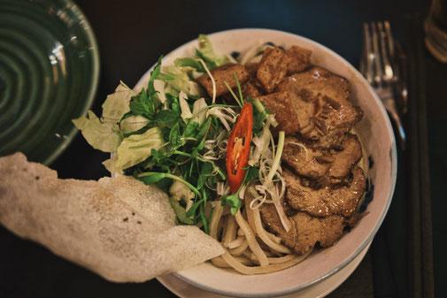 Cao Lau mit Salat Fleisch und Chilli