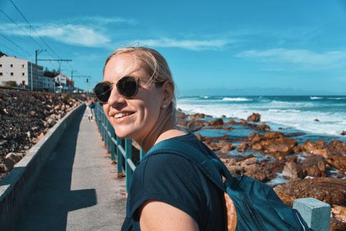 Steffi läuft den St. James Walkway. Im Hintergrund das Meer.