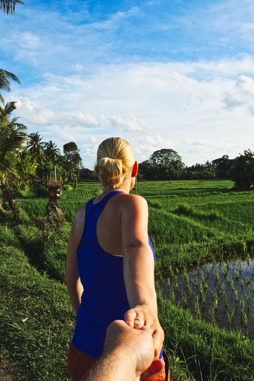 Steffi steht im Sonnenuntergang vor Reisfeldern