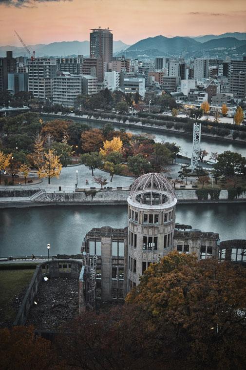 A Bomb Dome in Hiroshima von oben. Im hintergrund ein Fluß und der Friedenspark