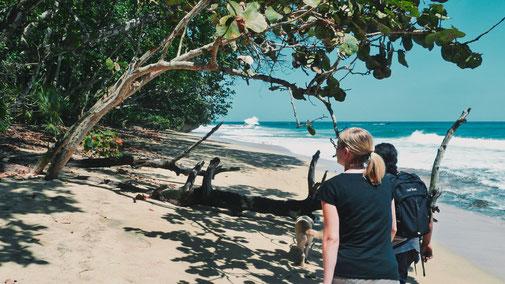 Frau am Strand von Costa Rica.