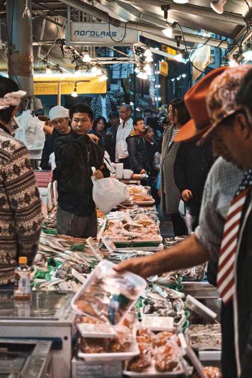 Verkaufsstände auf japanischen Markt