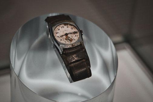 Eine Armbanduhr zeigt 08:15 Uhr an. Sie blieb stehen beim Atombombenangriff auf Hiroshima