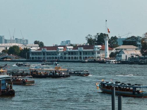reges treiben auf dem Fluß in Bangkok.