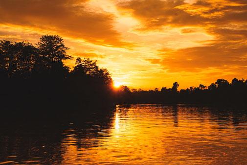 Sonnenuntergang vom Fluss aus