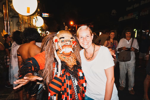 Steffi mit maskiertem Mann auf balinesischem Neujahrs Umzug