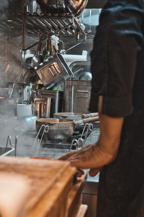 Zubereitung von Soba Nudeln in Japanischer Kücher, vorne Dampf, hinten Kochtöpfe