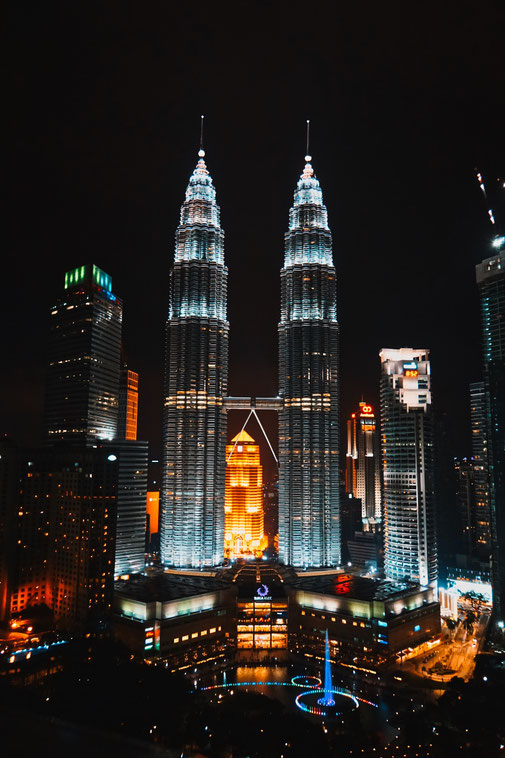 Petronas Twin Towers in Kuala Lumpur. Abends mit Lichtshow.