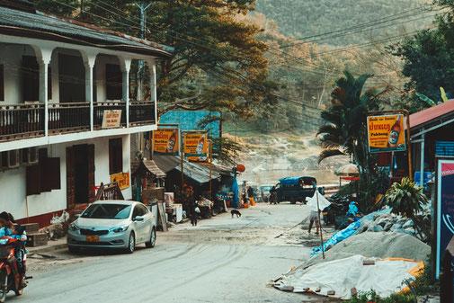 Eine Straße führt den Berg durch Pakbeng in Laos hinunter