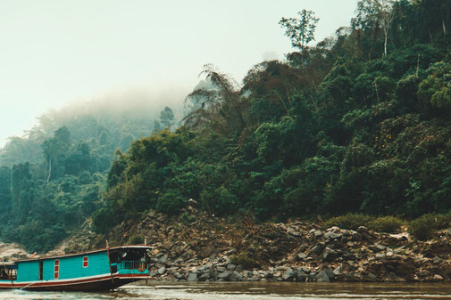 Slowboot am Ufer des Mekongs in Laos