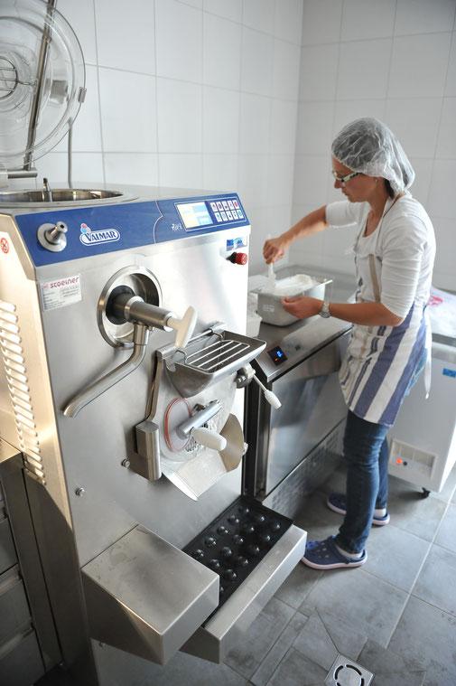 Lissi Neuwirth bei der Produktion von handwerklich hergestelltem Bauerneis