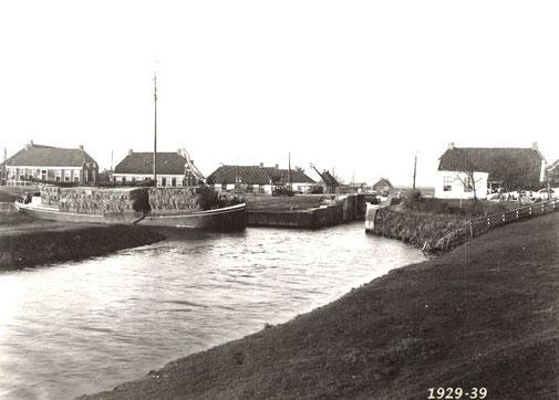 Schip met vlas in de haven rond 1930