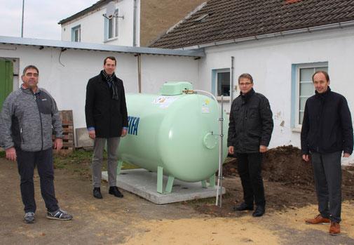 Steffan Göhler (Geschäftsführer KSB), Landrat Steffen Burchhardt, Lutz Lapke (Vorstandsvorsitzender KSB) und Eckardt Grundmann (Vorstandsvorsitzender Burger BC) vor dem Tank für die neue Heizungsanlage.