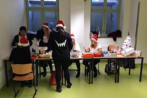 In den Kellerräumen hatten die Schüler ihre kulinarischen Angebote für die Spendengala liebevoll vorbereitet.